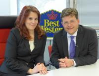 Chef sein für einen Tag: Unter diesem Motto hat Marcus Smola, Geschäftsführer der Best Western Hotels Deutschland GmbH, seine Rolle in der Unternehmenszentrale mit der Auszubildenden Leonie Naumann getauscht.
