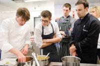 Im Nestlé Professional Service Center schauen Seminarteilnehmer Joachim Wissler beim Kochen zu, Bildquelle Nestlé