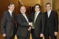 Dank und Anerkennung für Michael H. Göldner (2.v.l.) von Dirk Iserlohe (2.v.r.), geschäftsführender Gesellschafter der Dorint-Mutter. Dorint-Geschäftsfrüher Olaf Mertens (links) und Guido Riepe (rechts).  Foto: Alois Müller — Dorint Hotels & Reso