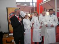 Werner Bast begrüßt seine Gäste und präsentiert die Gewinnerin des Willy Bast-Pokals / Bildquelle: Messe Husum