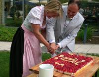 Direktorin Gabriele Seegerer und ihr Vorgänger, Udo Stürmer, schneiden den Geburtstagskuchen an; Bildquelle Accor Presse Service