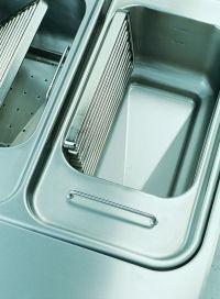 Leicht zu reinigen: der Flachrohr- Heizkörper ist im Becken schwenkbar