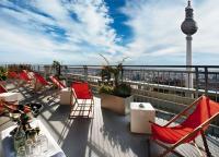 Die Terrasse vom Park Inn Berlin mit prächtigem Blick auf Berlin und seinen Funkturm