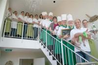 Marten Paulsen mit Maskottchen und Hotel-Crew ©Paulsen´s Landhotel und Restaurant