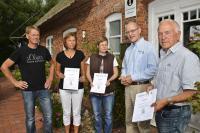 Kurdirektor von Pellworm, Andreas Kobauer (2.v.r.), mit den ersten zertifizierten Vermietern / Bildquelle: IT-PR UG
