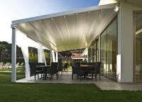 PERGOLA SUNRAIN — hier in der Variante L — ist das Terrassenfaltdach für höchste Ansprüche. Mit dem wasserdichten Hochleistungsgewebe bietet es Schutz bei jedem Wetter