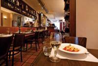 """Ob auf einen Wein an der Bar oder auf eine hausgemachte Pasta, wonach italophilen Feinschmeckern auch der Sinn steht — in der """"Piazza Saitta"""" sind sie am richtigen Ort und stets herzlich willkommen"""