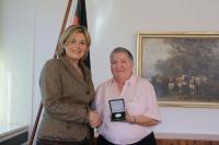 Die Parlamentarische Staatsekretärin bei der Bundeslandwirtschaftsministerin Julia Klöckner überreicht die Professor-Niklas-Medaille an Frau Renate Schoene., Quelle: BMELV
