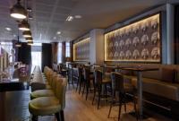 Indirekt beleuchtet ist die Motivwand mit dem Konterfei des bekannten Architekten und bayerischen Regierungsbaumeister Theodor Dombart ein absoluter Eyecatcher in der neu gestalteten Bar.