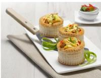 Pasteten aus Blätterteig mit Lollosalat auslegen. Mit Putenbrust in Curry von Grossmann Feinkost füllen. Voilà - fertig ist köstliches Fingerfood: copyright: Grossmann Feinkost