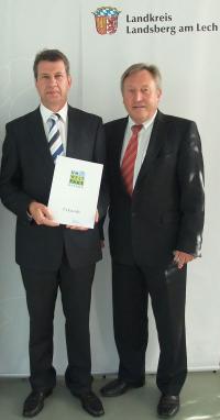 Überreichung der Urkunde, Joachim Dressel Umweltmanagementbeauftragter der RATIONAL AG mit Landrat Walter Eichner / Bildquelle: Rational AG