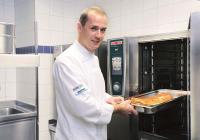 Küchenchef Pascal Heide-Nigg in seiner Küche in der Gaststätte Heide-Volm in Planegg / Bildquelle: Rational AG