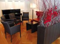 Große, hohe Altbau-Räume gewinnen durch Raumteiler in diesem Loungebereich an Struktur