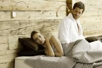 Paar beim Relaxen im Wellnessbereich