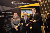 José Miguel Andrés, Vorsitzender von Ernst & Young überreicht den
