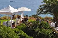 Hochzeitsgesellschaft bei Trauung im Garten