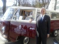Roland Zadra, Vorstandsvorsitzender der Romantik Hotels & Restaurants, freut sich über den kultigen VW Bulli T2 aus dem Jahr 1972 / Bildquelle: Romantik Hotels & Restaurants