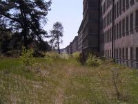 So sieht das ein Stück weiter von hinten aus: Langsam verfallende und kilometerlange Häuserreihen / Bildquelle: Sascha Brenning - Hotelier.de