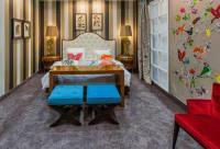 Zimmer mit Bett ONDA, Konsole SHAPE, Ottoman MAX und Stuhl DOLLY / Copyright by SELVA HOSPITALITY