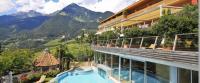 Hoch über Meran: das SPA & Relax Hotel Erika im Südtiroler Dorf Tirol / Foto: SPA & Relax Hotel Erika