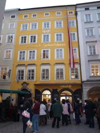 Die wohl beliebteste Touristenattraktion: Das Mozarthaus mit angeschlossenem Sparmarkt