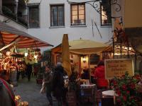 Kleine Gasse mit Advents- und Weihnachtsprodukten im Oktober /  Alle Bilder © Sascha Brenning - Hotelier.de