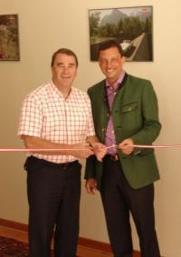 Nigel Mansell mit Hoteldirektor Michael Weil / Bildquelle: Alle Schloss Pichlarn Betriebe GmbH
