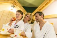 Familie beim Relaxen / Bildquelle: Beide Schneeberg Resort & Spa****