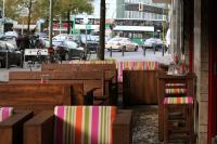 City-Lounge: Im Vordergrund die Loungesessel 40982, rechts die Hocker 10980 mit passendem Bartisch, Modell 30111