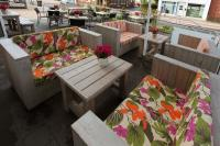 Loungesofas aus Bauholz, Modell 40982, mit Tisch, Modell 30110
