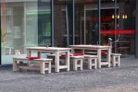 Purer Purismus: Bank, Modell 40981, mit Tisch, Modell 30111. Der Tisch ist auch als Hochtisch erhältlich, Modell 31111.