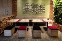 Outdoor-Möbel erobern zunehmend Indoor-Bereiche: gepolsterte Hocker aus Bauholz, Tische, Modell 30354, Bänke, Modell 40980