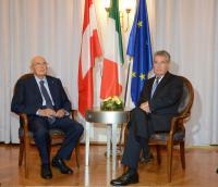 Italiens und Österreichs Staatspräsidenten Giorgio Napolitano und Heinz Fischer auf zwei Stühlen von SELVA im Meraner Kurhaus bei bilateralen Gesprächen, gefolgt von der Pressekonferenz / Bild: DiKOM/Südtiroler Landesregierung