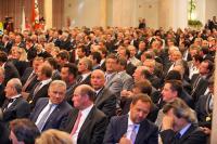 Geladene Gäste aus Wirtschaft und Politik bei der Ordensverleihung im großen Kursaal von Meran. Im Publikum Philipp Selva (2. v. rechts, vorne im Bild) / Bild: Dolomiten