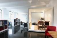 In und um offene Kuben werden im neuen Schnieder-Showroom in Berlin klassische und innovative Einrichtungsbeispiele gezeigt