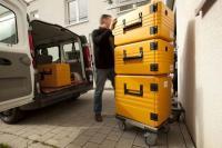 Speisentransportbehälter beim Verladen