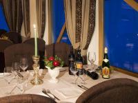 Gedeckter Tisch mit Weinflaschen / Bildquelle: Sport-Residenz Zillertal
