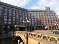 Das Steigenberger Hotel Hamburg in Hamburg mit Blick über die Heiligengeistbrücke; Bildquelle Hotelier.de