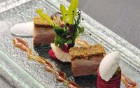Eine Vorspeise, die nach mehr verlangt: der gratinierte Bauch vom Schwäbisch-Hällischen Junglandschwein mit Äpfeln, roter Bete und Joghurt- Pfeffer-Eis