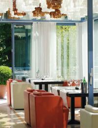 Die luftig-lichte Wintergarten-Lounge erweist sich als herrlicher Ort zum Chillen und als beliebter After-Work-Treff