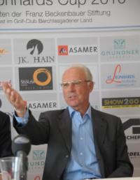 Franz Beckenbauer im Gespräch während des 1. St. Leonhard Cups. Stözle Lausitz war als Sponsor des Charity-Golfturniers mit dabei. (Foto: Stölzle / www.siebinger.com)