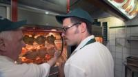 Unter dem Namen David Koch tauscht Swen Neumann (re.), Teil der Geschäftsleitung der Restaurantkette