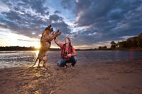 Andreas Kieling und seine Hündin Cleo in der Elbtalaue / © TMB-Fotoarchiv/York Maecke