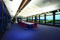 Besprechung, Schulung, Feierstunde: Konferenzräume werden für viele Zwecke genutzt. Entsprechend vielseitig muss die Beleuchtung sein. Foto: licht.de
