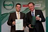 """Josef Haentjes, Geschäftsführer der Tana Chemie GmbH, und Markus Häfner, Leiter Technisches Marketing der Tana Chemie GmbH, mit dem """"Grünen Band"""" / Foto: Huss Medien"""