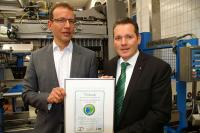 Ulrich Kürbis (r.), Fachberater bei Tana Chemie, überreicht Andreas Pieroth, Vorstandsmitglied WIV Wein International, die