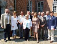 Der Vorstand des Ostsee-Holstein-Tourismus e.V. (OHT) bei seiner heutigen Mitgliederversammlung in Probsteierhagen mit Geschäftsführerin Katja Lauritzen (5.v.r.) und Vorstandsvorsitzendem Volker Owerien (3.v.r.)