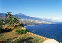 Ursprüngliche Landschaft und weitläufige Küstenstreifen machen Teneriffa zum Ziel für Wanderer und Badegäste. (Foto: TUI)