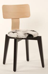 Mit Kurven, Kanten und Kuhfell: der außergewöhnliche Stuhl