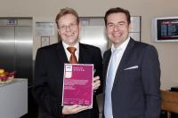 Thomas Kersten, Hoteldirektor Airporthotel Berlin-Adlershof, (links) und Maik Krage, Gastronomischer Leiter, (rechts) erhielten das Hygiene-Siegel von Tork.